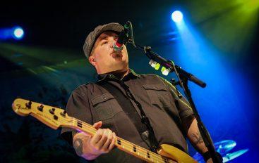 Incident na koncertu grupe Dropkick Murphys – basist nasrnuo na bezobraznog gledatelja!