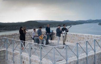 BluVinilmeđu zidinama starog Šibenika snimilivideospot za svoj novi singlJulija!