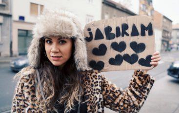 POZIV NA ŽENSKI MARŠ: Snažna poruka kantautorice Aklee Neon za Dan žena!