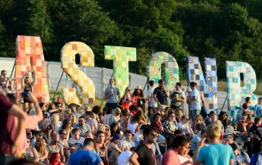 15 tisuća ljudi na Glastonburyju srušilo rekord napravivši najveći znak mira na svijetu
