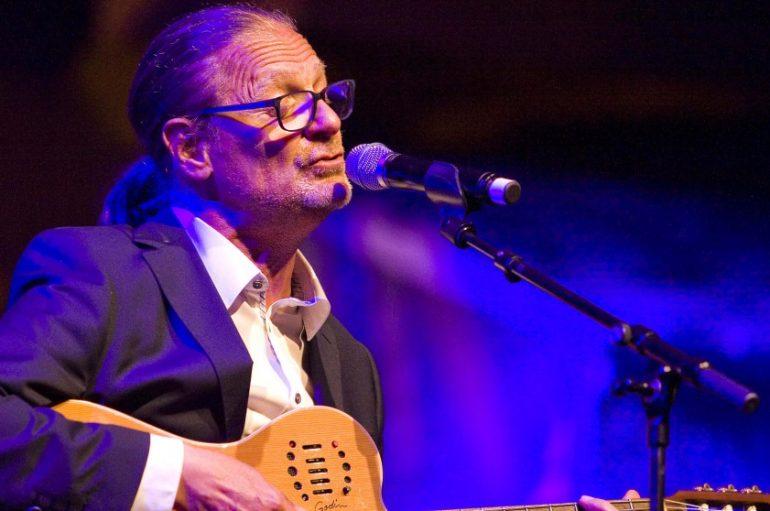 Izniman čovjek i glazbenik, Tedi Spalato, novim izdanjem objedinio je kultne pjesme koje su označile njegovu bogatu 35-godišnju karijeru
