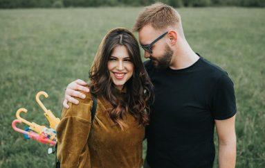 Sve je ljepše udvoje! Poslušajte novu pjesmu mladog pjevača Jakova Mađarića 'Kišobran'!