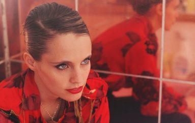"""RECENZIJA: Anna Calvi: """"Hunter"""" – glazbeno slobodnija, poetski izravnija"""