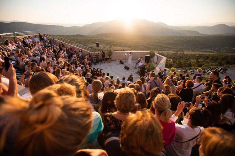 FOTOGALERIJA: Ana Rucner po deveti put probudila prvo ljetno sunce na dubrovačkom Srđu
