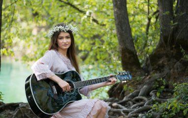"""Romantično izdanje Kim Verson u novoj ljubavnoj pjesmi """"Hej, dođi malo češće"""""""