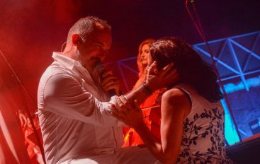 Tonyju Cetinskom na spektakularnom koncertu u Šibeniku uručeno priznanje za 30 godina karijere