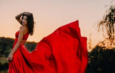 """Ana Rucner po prvi put zajahala konja u spotu za pjesmu """"Uvijek vjerni"""" i najavila novi album"""