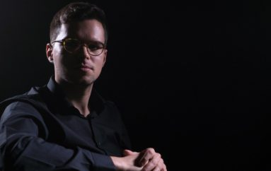 """PREMIJERA: Mlada nada jazz glazbe, Filip Pavić, predstavlja spot za pjesmu """"Jutros mi je ruža procvjetala"""""""