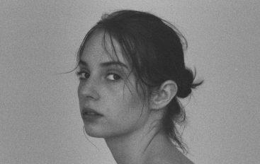 "Maya Hawke, glumica iz serije ""Stranger Things"", pjesmom ""By Myself"" najavila debi album"