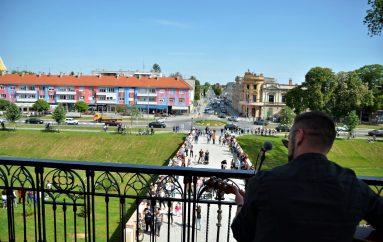 """FOTOGALERIJA: """"Slučajni"""" koncert Vatre na najljepšoj pozornici grada Virovitice"""