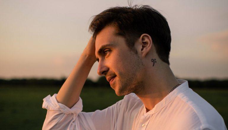 """James Walker, engleski kantautor s nevjerojatnom životnom pričom, krenuo na novo putovanje sa singlom """"The Conversation"""""""