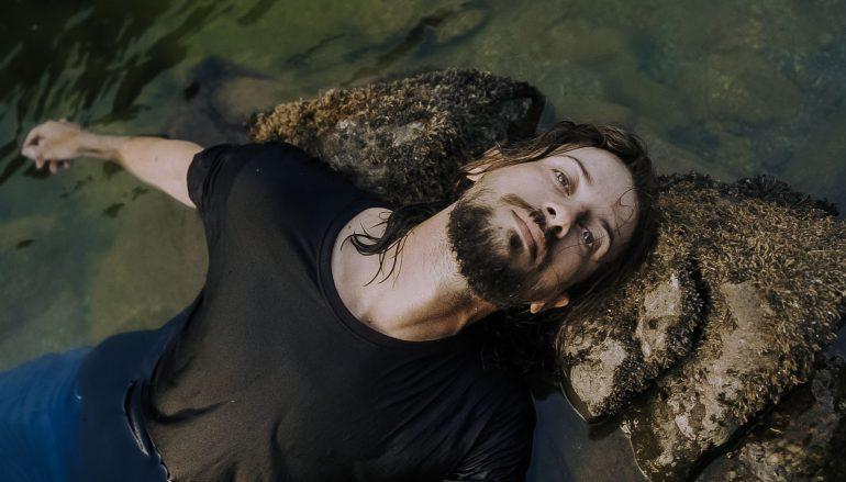 """J.R. August u opasnim vodama: Pogledajte spot za pjesmu """"Dangerous Waters"""""""
