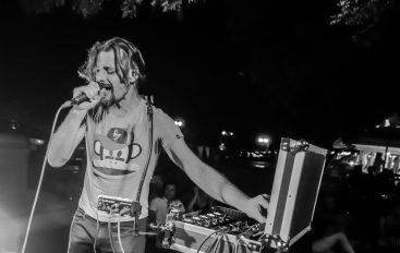 PREMIJERA: Surka iz svoje beatbox manufakture izbacuje singl inspiriran klupskom scenom 90-ih