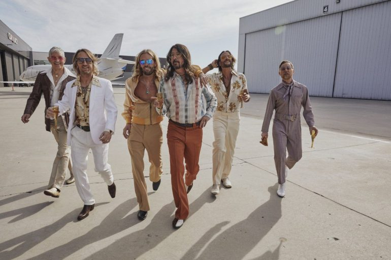 Foo Fightersi za Dan prodavaonica ploča postaju Dee Gees i objavljuju disco album