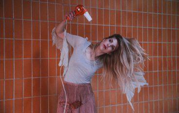 "Talentirana glazbenica Miriiam u novom indie singlu i spotu ""Simple-Minded Love"""