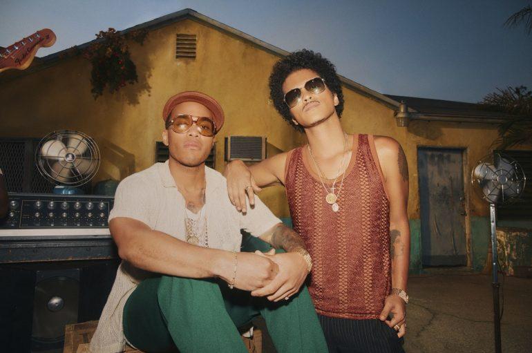"Silk Sonic (Bruno Mars, Anderson .Paak) uspješno prenose ljetnu chill vibru novim singlom ""Skate"""