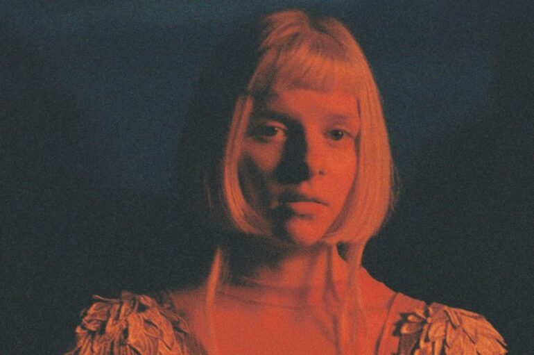 """Popularna norveška kantautorica AURORA pjesmom """"Giving In to the Love"""" najavila treći album"""
