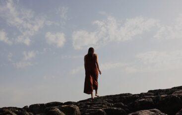 """Sara Renar nas uvodi u apstraktan introspektivan svijet u videospotu za novi singl """"Hana je već dugo budna"""""""